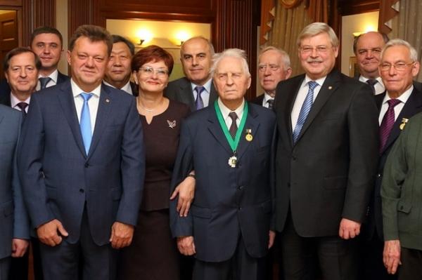 На фото спикер областного парламента Оксана Козловская вместе с делегацией томичей в Москве на юбилее Егора Лигачева (2015 год)